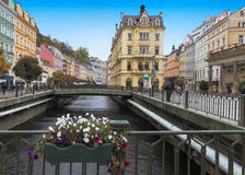 Historisches Stadtzentrum mit Fluss der Badekurortstadt Karlovy Vary (Karlsbad) Lizenzfreie Stockfotografie
