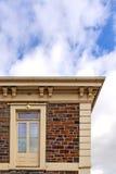 Historisches Steingebäude mit oberer Geschoss-Tür Stockfoto