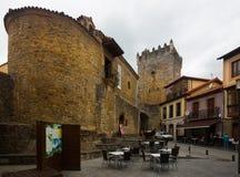 Historisches Teil von Salas mit fortness asturias Stockbilder