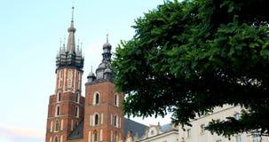 Historisches Viertel von Krakau, Polen - Hauptmarktplatz - St. Mary Church stock footage