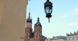 Historisches Viertel von Krakau, Polen - Hauptmarktplatz - St. Mary Church stock video footage
