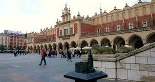 Historisches Viertel von Krakau, Polen - Hauptmarktplatz - Stoff Hall - Sukiennice stock footage