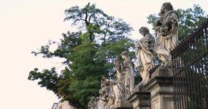 Historisches Viertel von Krakau, Polen - Skulpturen des St Peter und des Paul Churchs stock video footage