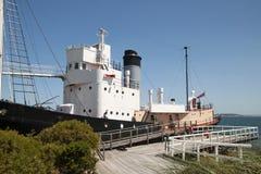 Historisches Walfangboot festgemacht am hölzernen Dock lizenzfreie stockbilder