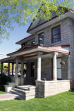 Historisches Weinlese-Block-Haus mit Portal Stockfoto