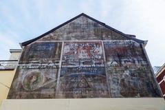 Historisk annonsering på en husvägg i Valkenburg aan de Geul, Nederländerna Arkivfoton