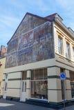 Historisk annonsering på en husvägg i Valkenburg aan de Geul, Nederländerna Arkivbilder