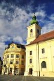 Historisk arhitecture för stadshus och för katolsk kyrka Royaltyfria Foton