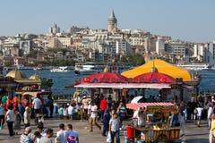 Historisk arkitektur för Eminonu hamn-, Beyoglu område och havsport över den guld- horn- fjärden i Istanbul, Turkiet Royaltyfri Fotografi