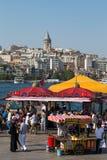 Historisk arkitektur för Eminonu hamn-, Beyoglu område och havsport över den guld- horn- fjärden i Istanbul, Turkiet Royaltyfri Foto