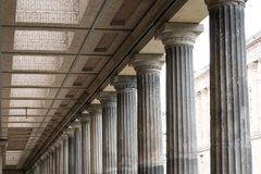 Historisk arkitektur, kolonner på det gamla nationella gallerit i är Royaltyfria Foton