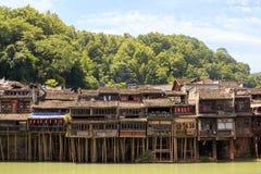 Historisk asiatisk by Trähus ovanför vattnet Byggnader för Trasitional kinesiska arkitekturträ arkivbild