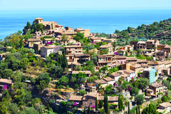 Historisk by av Deia på ön av Majorca Arkivfoton