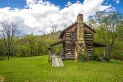 Historisk banbrytande kabin i Kentucky Arkivbild