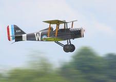 Historisk biplan i flykten Arkivbilder