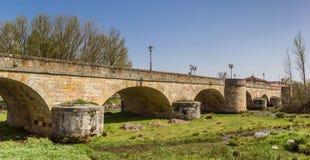 Historisk bro i mitten av Aguilar de Campoo royaltyfri fotografi