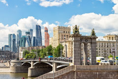 Historisk bro på Moskvafloden Arkivbild