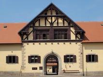 Historisk byggnad av den nationella dubben, Slatinany Arkivbild