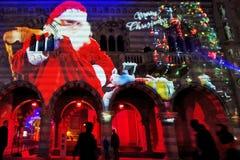 Historisk byggnad Broletto med Santa Claus royaltyfria foton