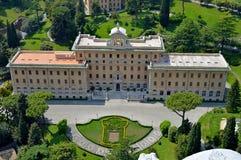 Historisk byggnad i trädgårdarna av Vaticanen Royaltyfria Bilder