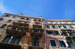 Historisk byggnad med balkonger Royaltyfri Fotografi