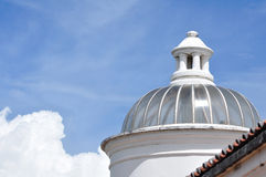 Historisk byggnad med den glass kupolen. Royaltyfri Bild
