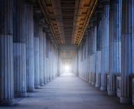 Historisk byggnad med många kolonner Fotografering för Bildbyråer