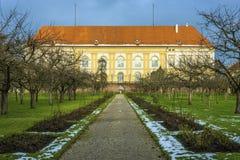 Historisk byggnad med parkerar Arkivfoton