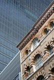 Historisk byggnad och modern skyskrapa, London, England Arkivbild