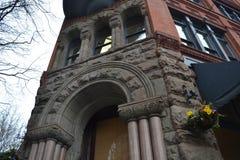 Historisk byggnad på banbrytarefyrkanten, Seattle, Washington Arkivfoton