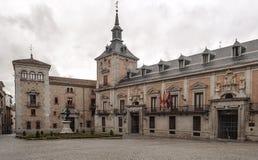 historisk byggnadsfacade Arkivfoto