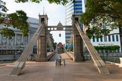 Historisk Cavenagh bro som spänner över den Singapore floden nära Raff fotografering för bildbyråer