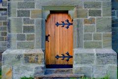 Historisk dörr med det bearbetade svarta dörrhandtaget Royaltyfri Foto