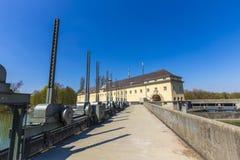 Historisk dammbyggnad på floden Isar i Munich Arkivbilder