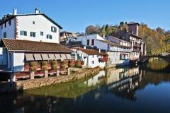 Historisk del av Helgon-Jean-Pied-de-port som ses från den Nive floden Royaltyfri Bild