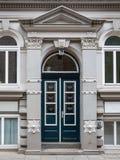 Historisk dubbel välvd dörr med arkitravet royaltyfria foton