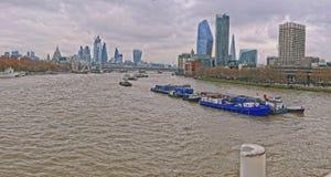 Historisk engelsk stad Byggnader i mitten av London arkivbilder
