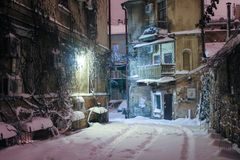 Historisk europeisk borggård på en vinternatt fotografering för bildbyråer