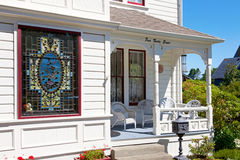 Historisk farstubro för vitamerikanhus med det glass fönstret för fläck. royaltyfria bilder