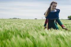 Historisk flicka - medeltida klänning på vetefält Royaltyfri Fotografi