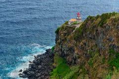 Historisk fyr på den nordostliga kusten av ön av São Miguel i Azoresna landmark arkivbild