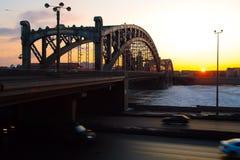 Historisk gammal bro i solnedgång Royaltyfri Fotografi