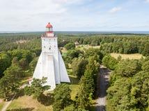 Historisk gammal Kõpu fyrKopu fyr, foto för surr för Hiiumaa ö, Estland flyg- prague s för fågelfågelöga sikt royaltyfri foto