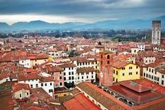 Historisk gammal medeltida stad och berg, Lucca, Arkivbilder