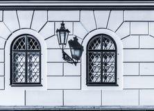 Historisk gaslampa på den gamla väggen Med skugga Åldrig lykta royaltyfri bild