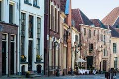 Historisk gata i den holländska townen Deventer arkivbild