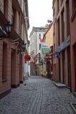 Historisk gata i gamla Riga Arkivfoton
