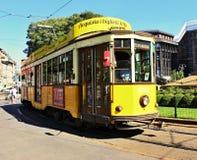 Historisk gul spårvagn i Milan royaltyfri bild