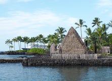 Historisk hawaiansk tempel i hamnen av Kona Arkivbild
