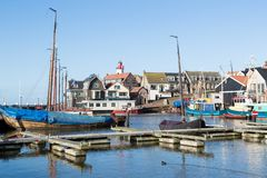 Historisk holländsk hamn av Urk med fyren och den gammala skeppsvarven Fotografering för Bildbyråer